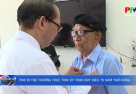 Phó Bí thư Thường trực Tỉnh ủy trao huy hiệu 70 năm tuổi Đảng