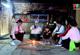 Tục làm bánh chưng thảo dược ở Yên Lập