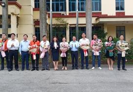 Chào cờ đầu tháng và Chúc mừng sinh nhật cán bộ, viên chức lao động có ngày sinh trong tháng 4