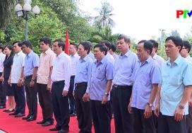 Dâng hoa kỷ niệm 65 năm Bác Hồ về thăm Đền Hùng