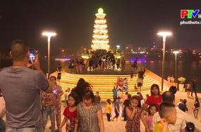 Cầu đi bộ thu hút đông đảo người dân đến vui chơi